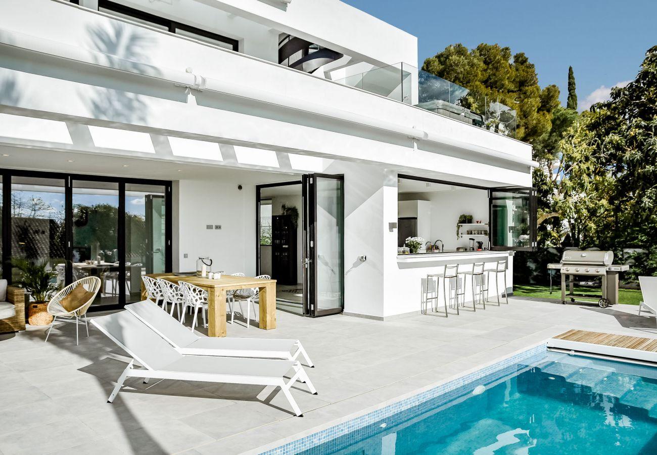 Swimming Pool of Luxurious 5 Bedroom Villa Near the Beach