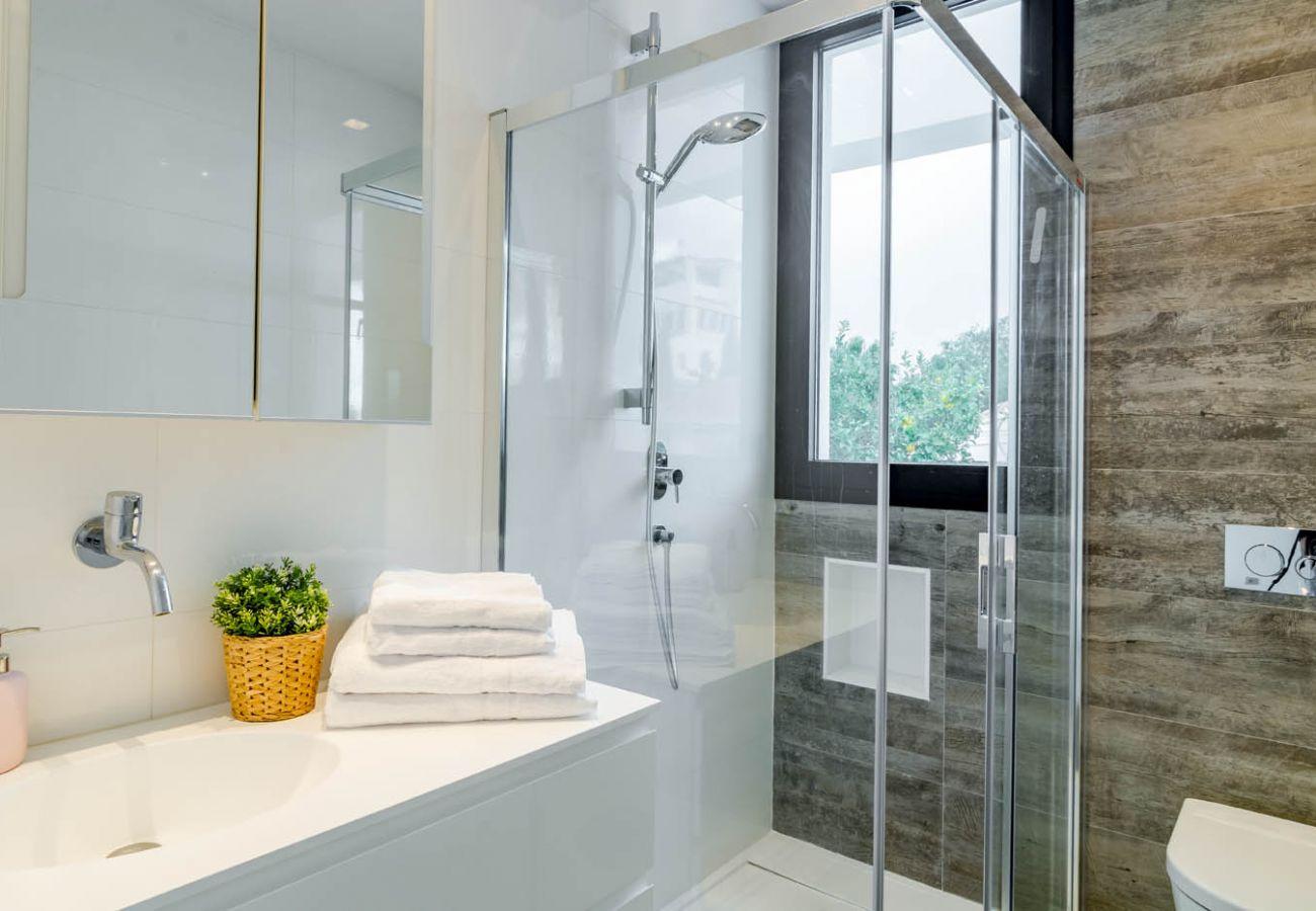 Bathroom of Luxurious 5 Bedroom Villa Near the Beach